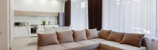 Большой диван в гостиной Arcadia Villa Apartments