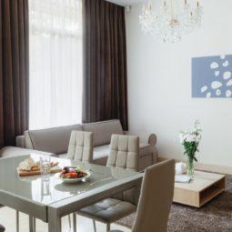 Столовая в коттедже Arcadia Villa Apartments