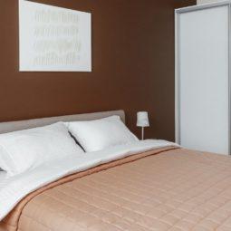 кровать в спальне Arcadia Villa Apartments